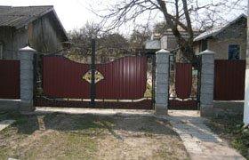 Ворота распашные из профнастила с элементами ковки