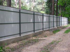 Забор из профнастила усиленный с ленточным фундаментом (тыльная сторона)